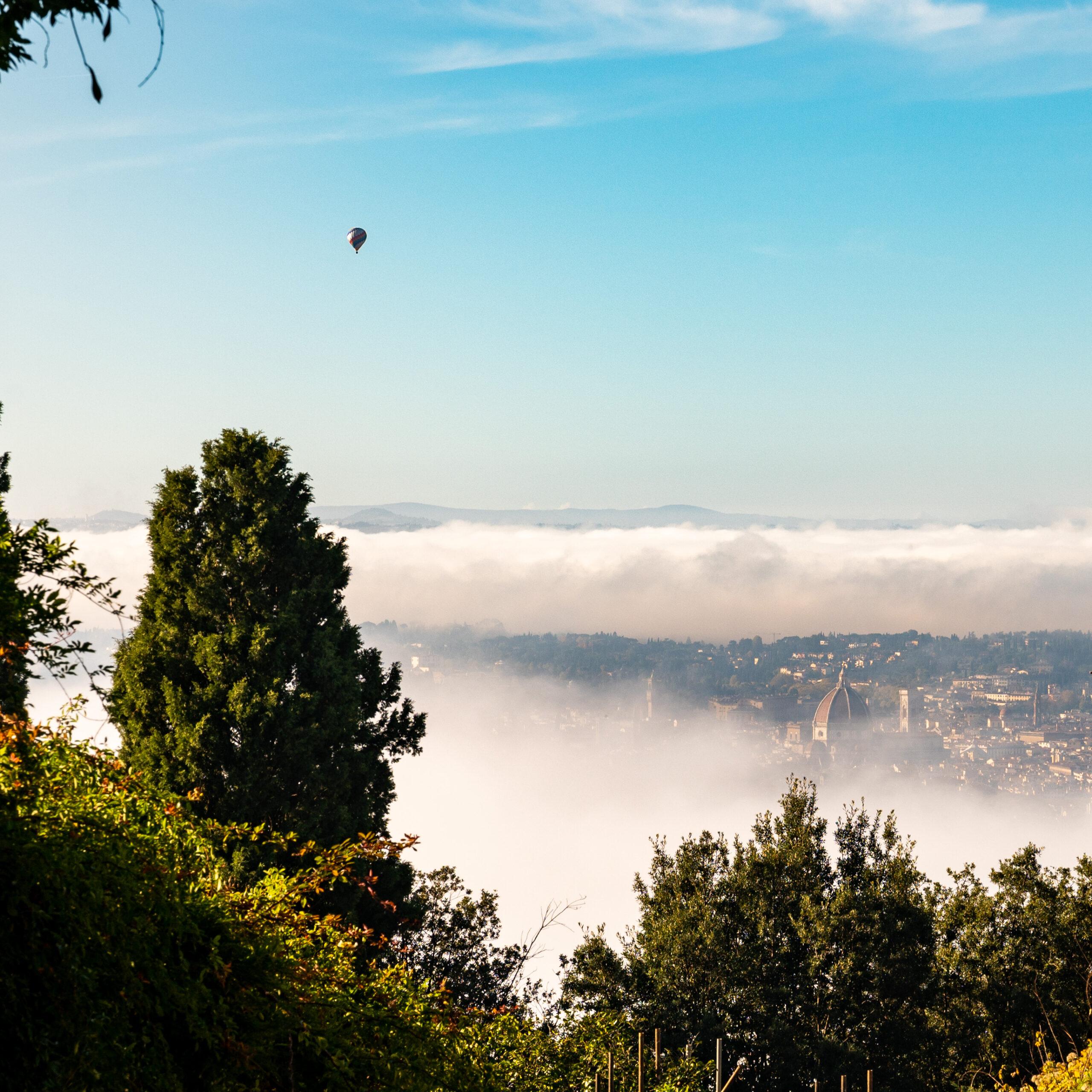 La mongolfiera vola su una Firenze avvolta nella nebbia